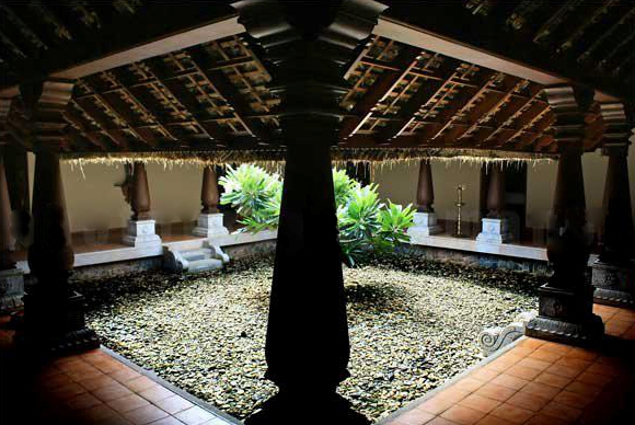 Nadumuttom central courtyard la paz group for House with central courtyard