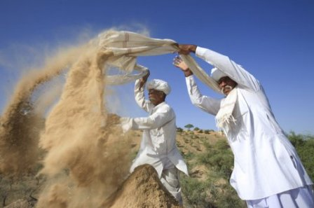 During Mukam festival, pilgrims traditionnally release sand on top of the dunes to fortify them and block the advance of the desert. With the years they had come to bring the sand in plastic bags, Khamu Rham's campaign aims at inciting the pilgrims to use fabric instead.