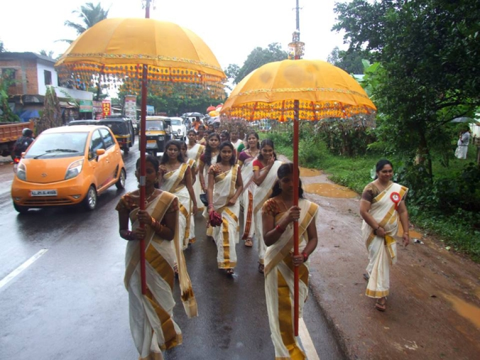 Men and women dressed in traditional Onakoddi