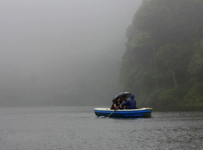 Visitors can enjoy the pleasure of boating in Gavi lake through row boats.