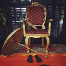 A throne, olakuda (umbrella made of palm fibre) and wooden sandals symbolize Mahabali's presence
