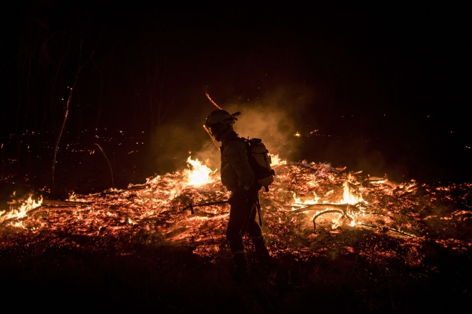 A firefighter monitors the flames in Cualedro. PHOTO: Pedro Armestre